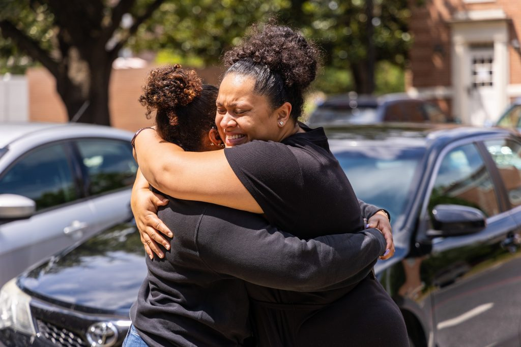 A mom hugs her daughter on move in day 2021